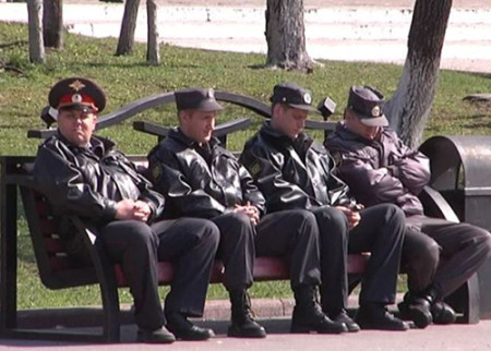Полицейские сидят на скамейке